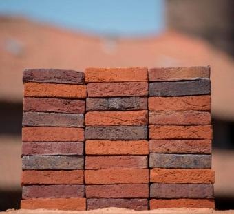 Кирпич ручной формовки Vogelensangh Steenfabriek Antigoon sintered with hints of orangey red